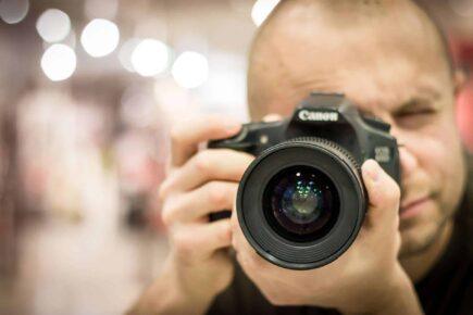 photographer 424623 1920 435x290 - Wybór najlepszego fotografa na ślub i wesele