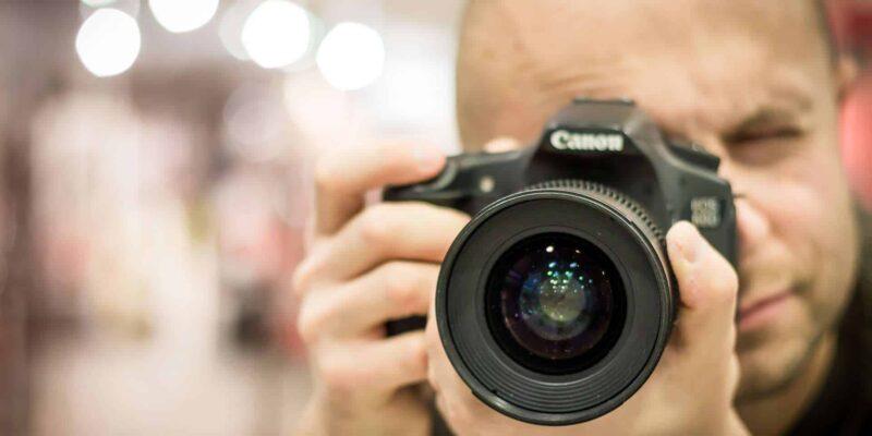 photographer 424623 1920 800x400 - Wybór najlepszego fotografa na ślub i wesele