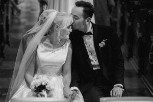 Ślub w kościele zimą? Jakie wybrać pory roku na ślub? Panna młoda trzymająca bukiet ślubny. Para młoda.