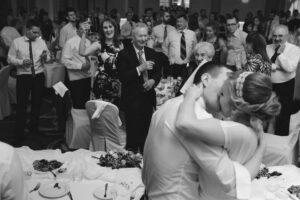 Zabawa weselna zimą - zimowy ślub - zdjęcia na sali weselnej ze ślubu i wesela.
