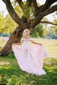 panna młoda przy drzewie